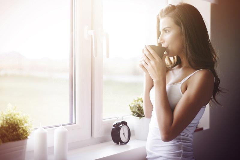 Момиче пред прозорец пвц дограма